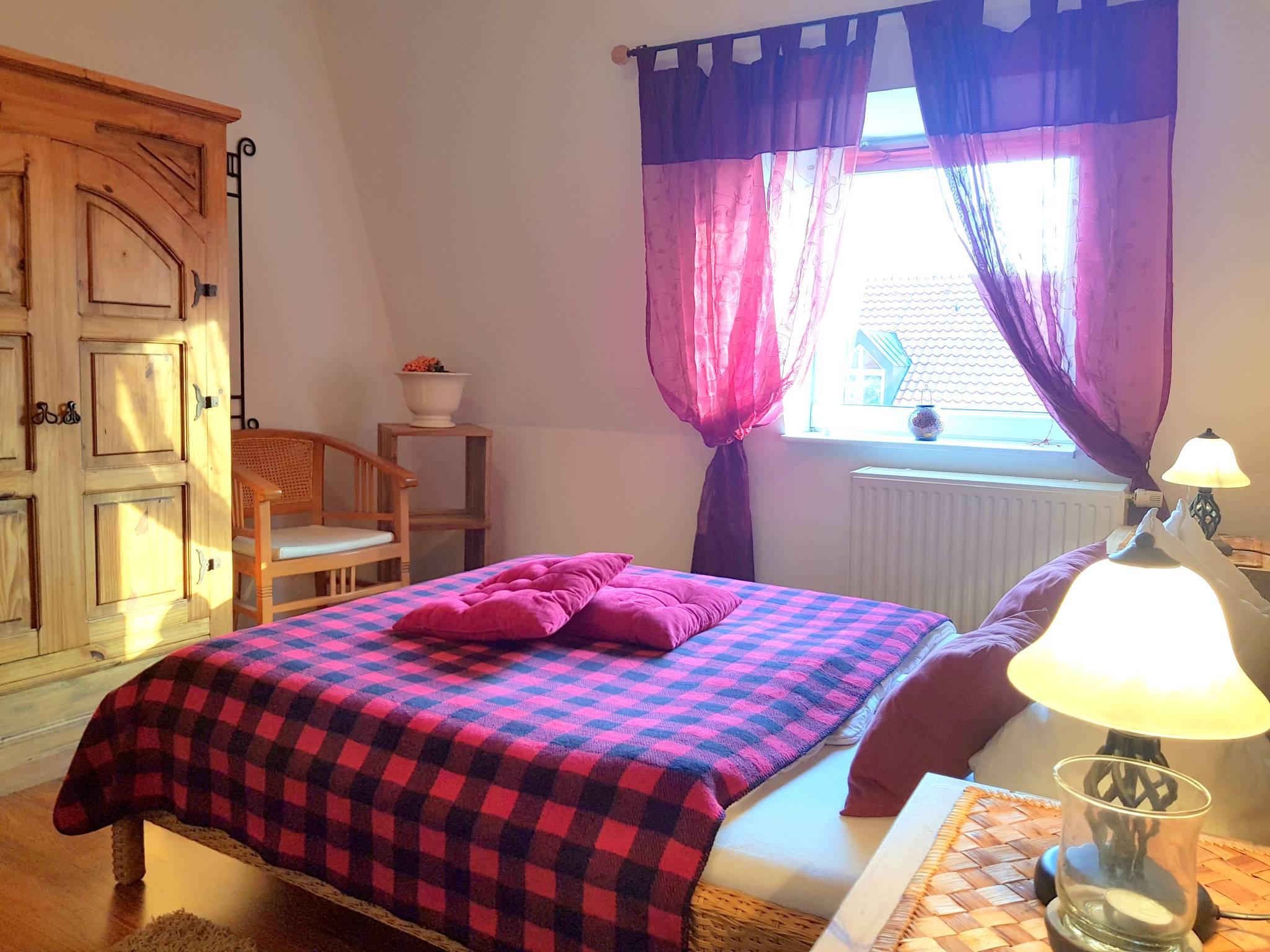 1. Schlafzimmer mit großem Bett