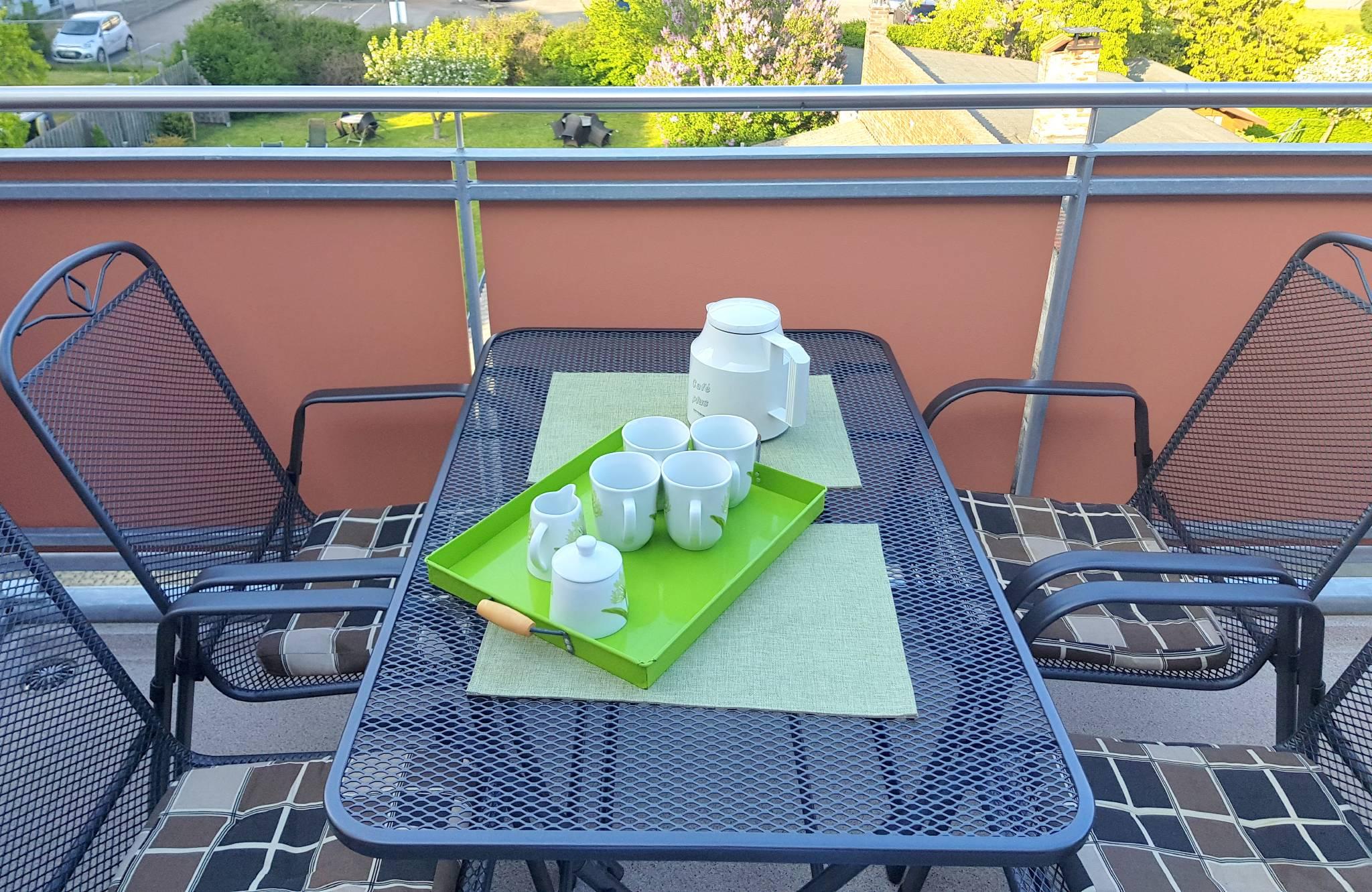 Kaffe - Frühstück am Hafen mit Meerblick