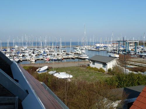 Blick in den Yachthafen von Balkon