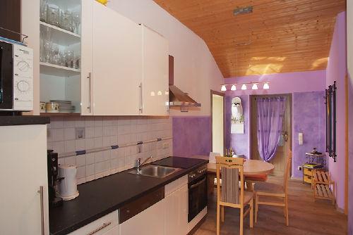 Voll ausgestattete Küche mit Eßplatz