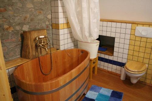 Bad mit Holzbadewanne
