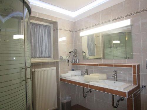 Duschtempel mit Doppelwaschbecken