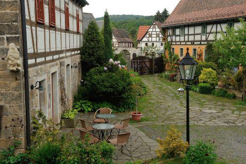 Innenhof mit Ferienhaus und Wohnhaus