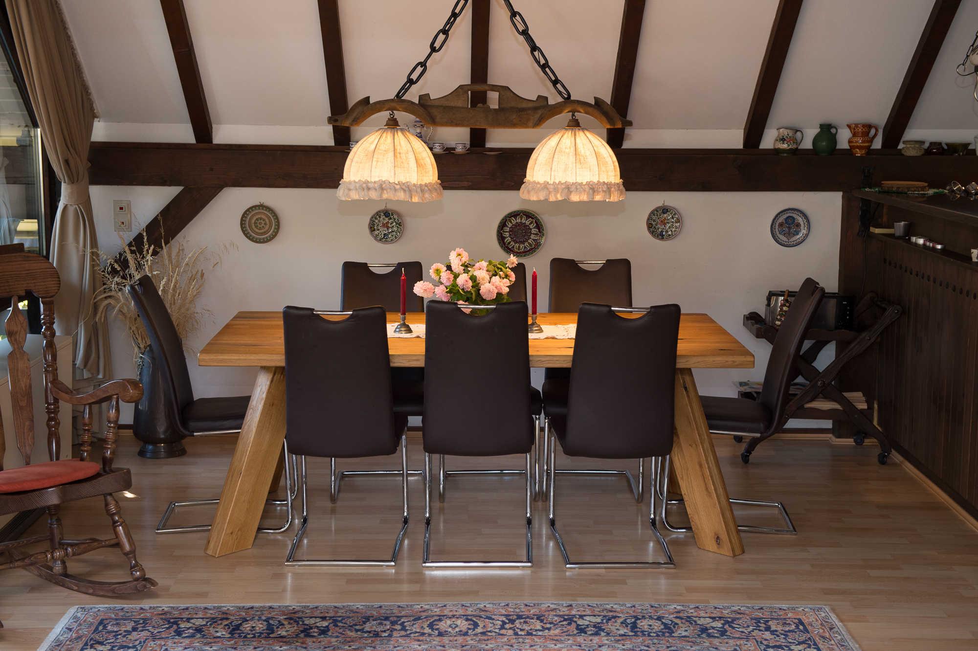 Wohnzimmer mit Esstisch für 8 Personen