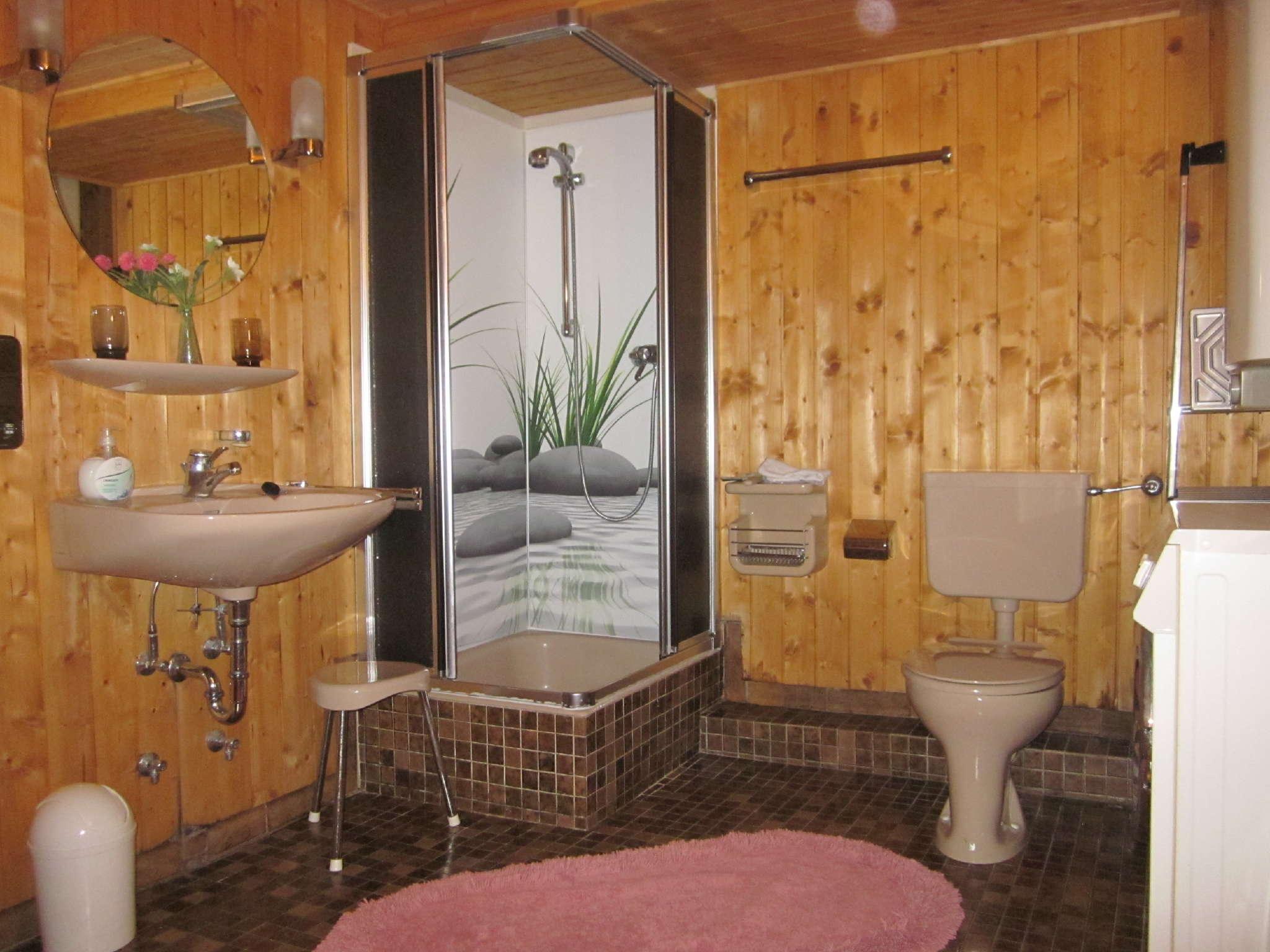Bad im Untergeschoss mit Waschmaschine