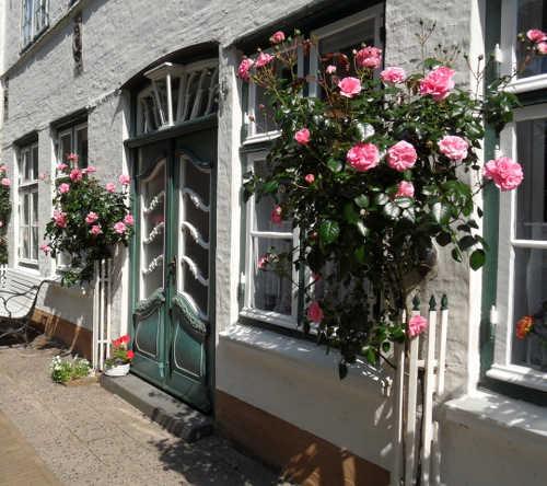 Hausfront mit historischer Eingangstür