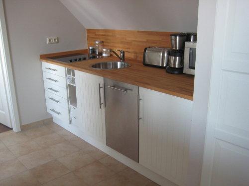 Küche mit Geschirrspüler, Mikrowelle