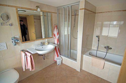 Bad mit Dusche und Wanne im OG
