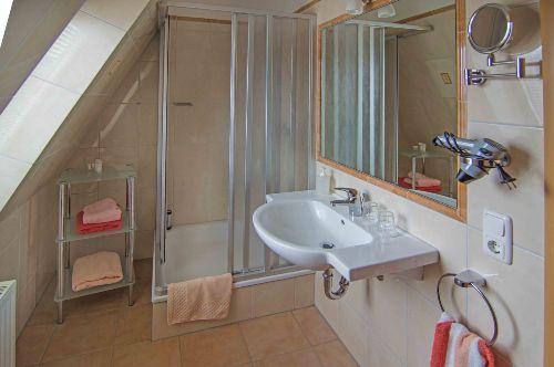 Bad mit Dusche im DG