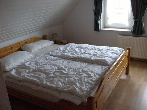 Das Doppelbett im Schlafzimmer OG