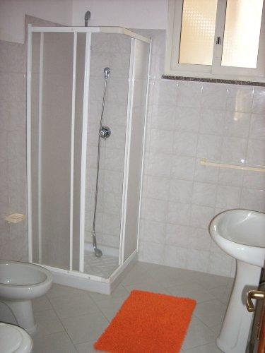 Bad mit WC, Dusche, Bidett, Waschbecken