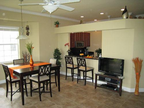 Essbereich mit Sicht zur Bar und Küche