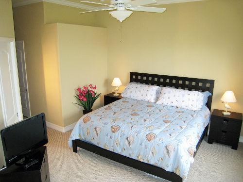 Schlafzimmer mit King Size Bett und TV