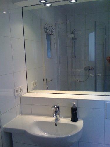 neues Bad mit Glasrunddusche