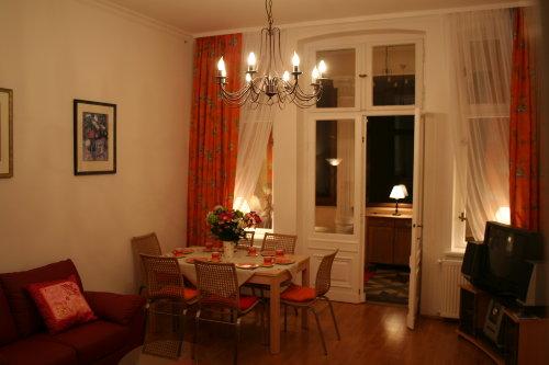 Wohnzimmer mit Blick in die Veranda