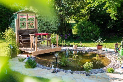 Am Gartenteich gemütlich entspannen