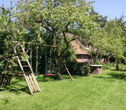 ...sicherer Spielplatz im ruhigen Garten