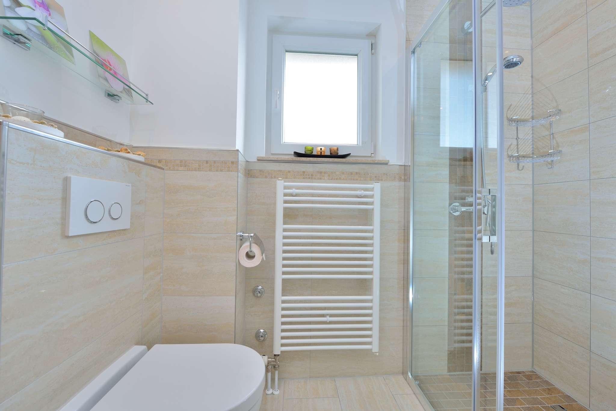 Bad Nr.1 mit Dusche & Waschmaschine