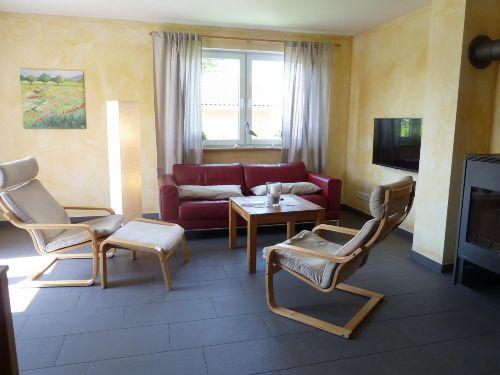 Wohnzimmer mit Kaminofen und Fu�bodenhzg