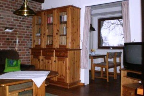 Wohnzimmer mit Durchgang zur Küche