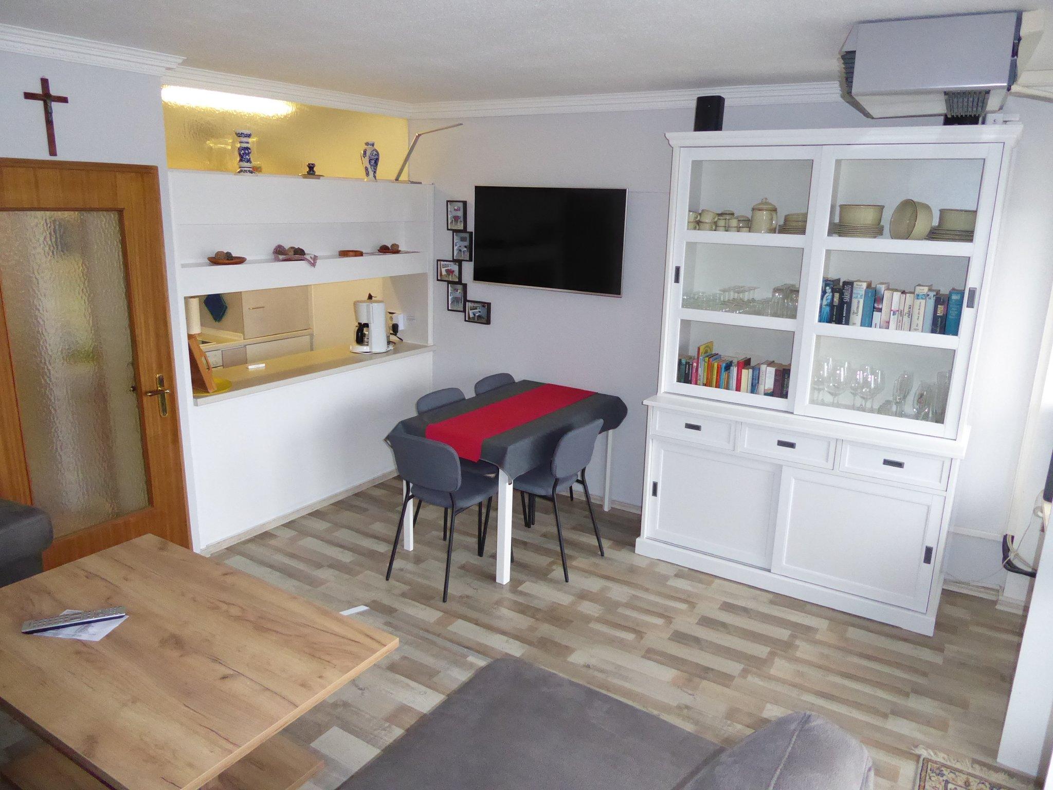 Wohnzimmerschrank u. Durchreiche Küche
