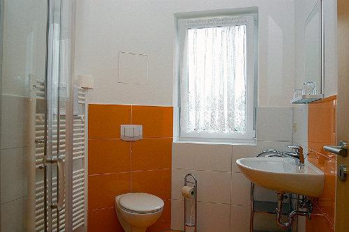 Blick in eine Ferienwohnung (Dusche/WC)