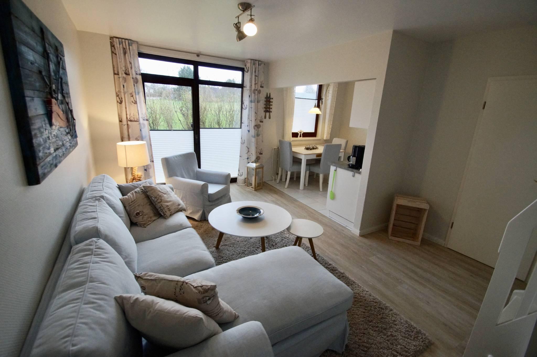 Wohnzimmer mit Holztreppe und Flatscreen