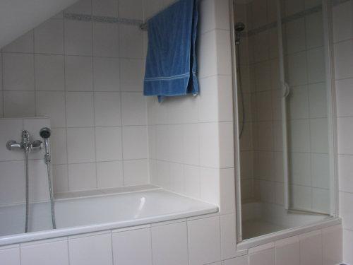 seperate Dusche und Badewanne