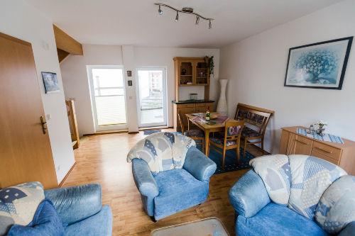 Wohnzimmer-Blick auf Terrassenfenster