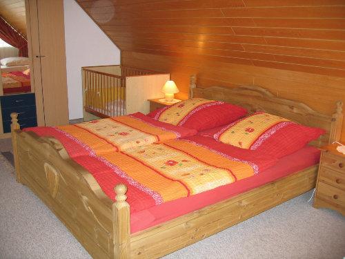 Schlafzimmer mit Balkon, gr. Kinderbett