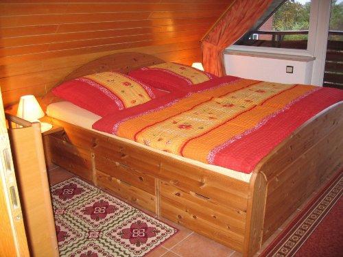 Schlafzimmer ohne Balkon, kl. Kinderbett