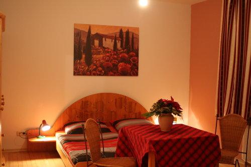 Schlafzimmer mit Ehebett kleine Wohnung