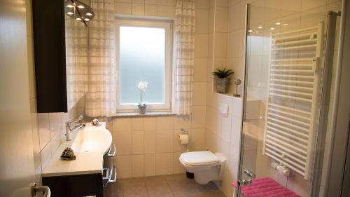 Bad mit Fußbodenheizung u. großer Dusche
