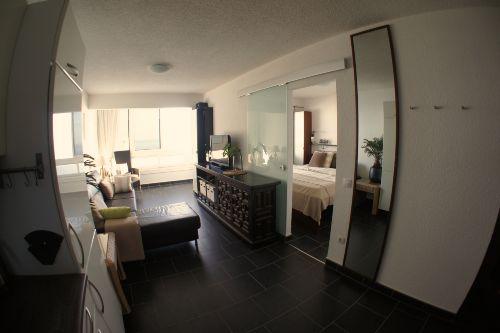 Blick in Wohnraum und Schlafzimmer.