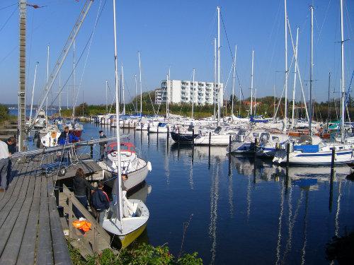 Yachthafen mit Blick auf das Haus
