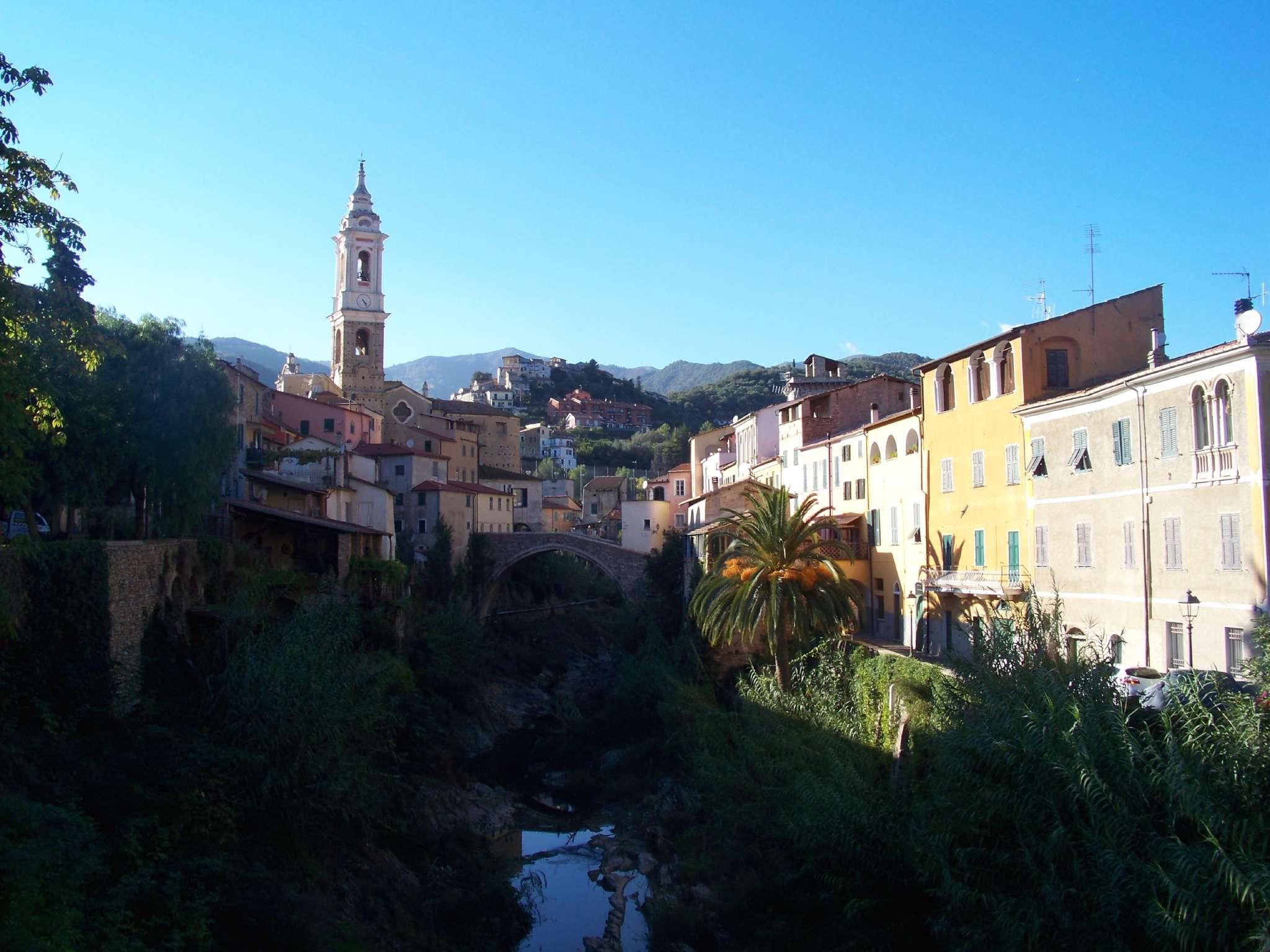 Dolcedo, rechts oben liegt der Palazzo