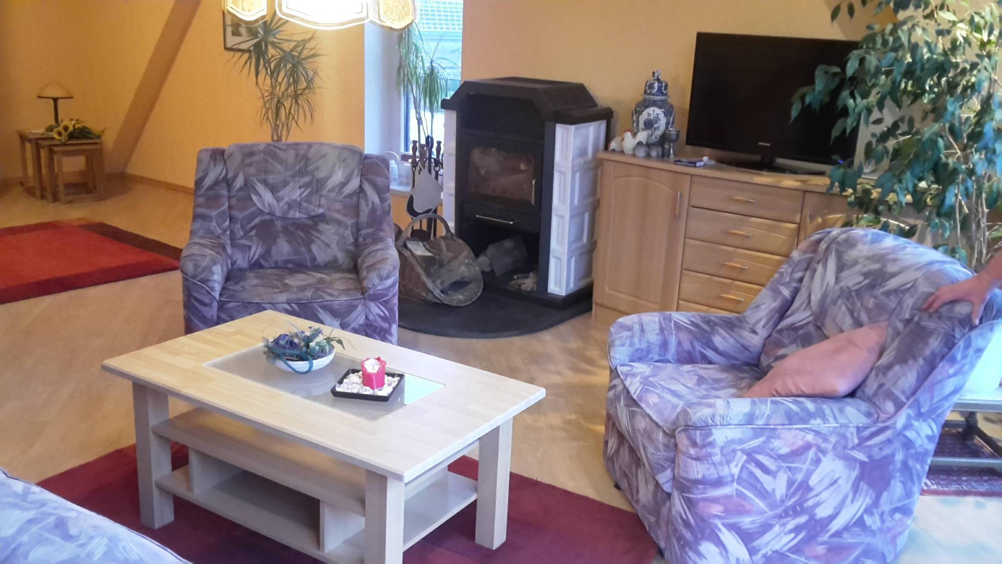 Wohnzimmer mit Schrankdoppelbett