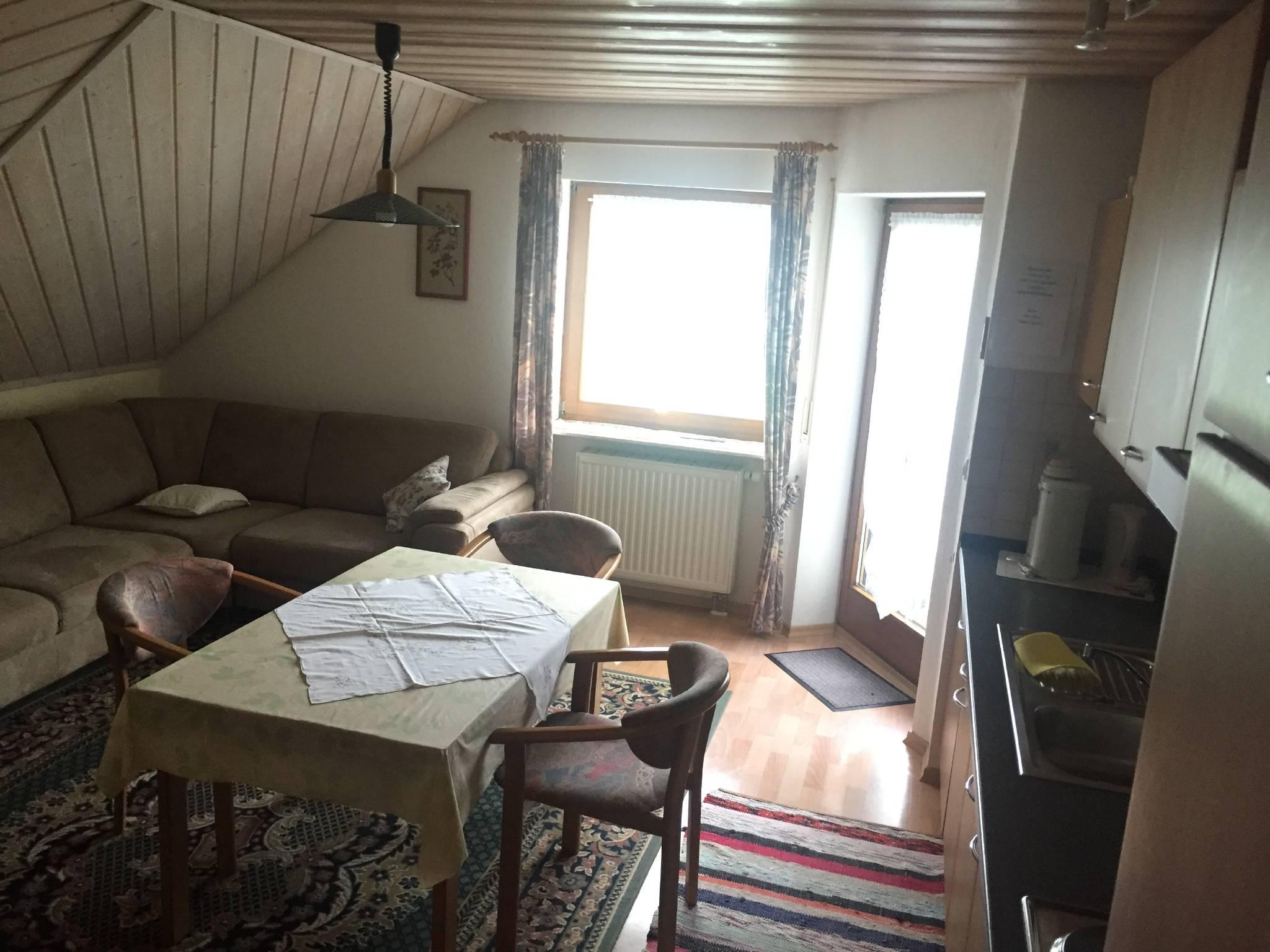 Wohnzimmer/K�che. Couch mit Bettfunktion