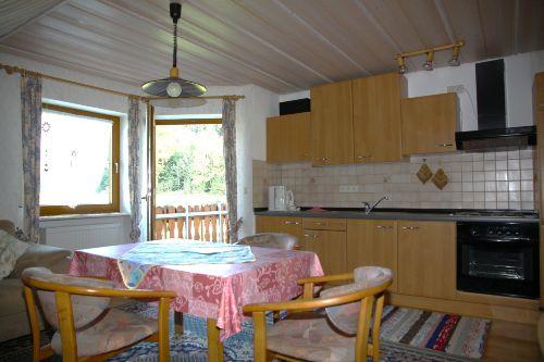 Wohnzimmer/K�che. Ansicht zum Balkon
