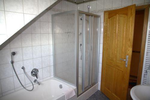 Badezimmer mit Badewanne + extra Dusche
