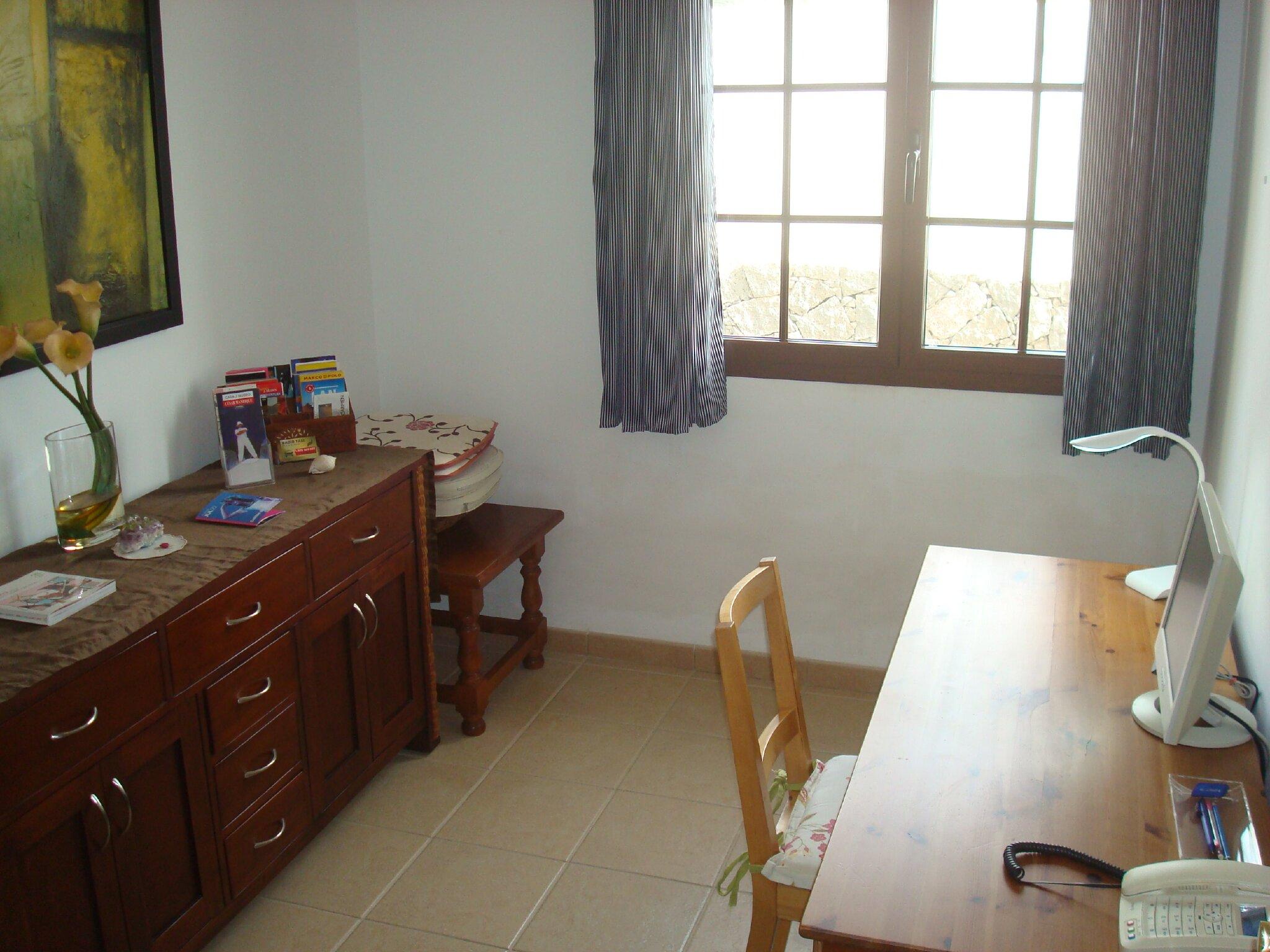 Büroraum mit Telefon und WLAN-Internet