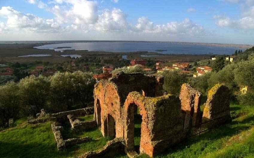 Das Dorf Massaciuccoli mit dem See