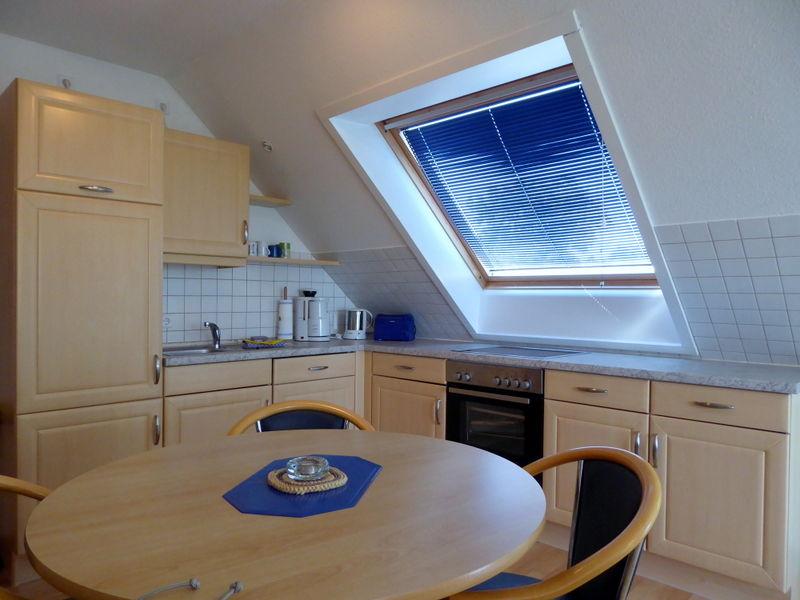 Küche und Essplatz mit viel Licht