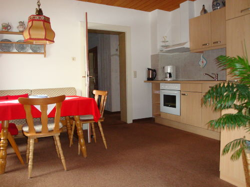 gemütliche Sitzecke mit Küchenblock