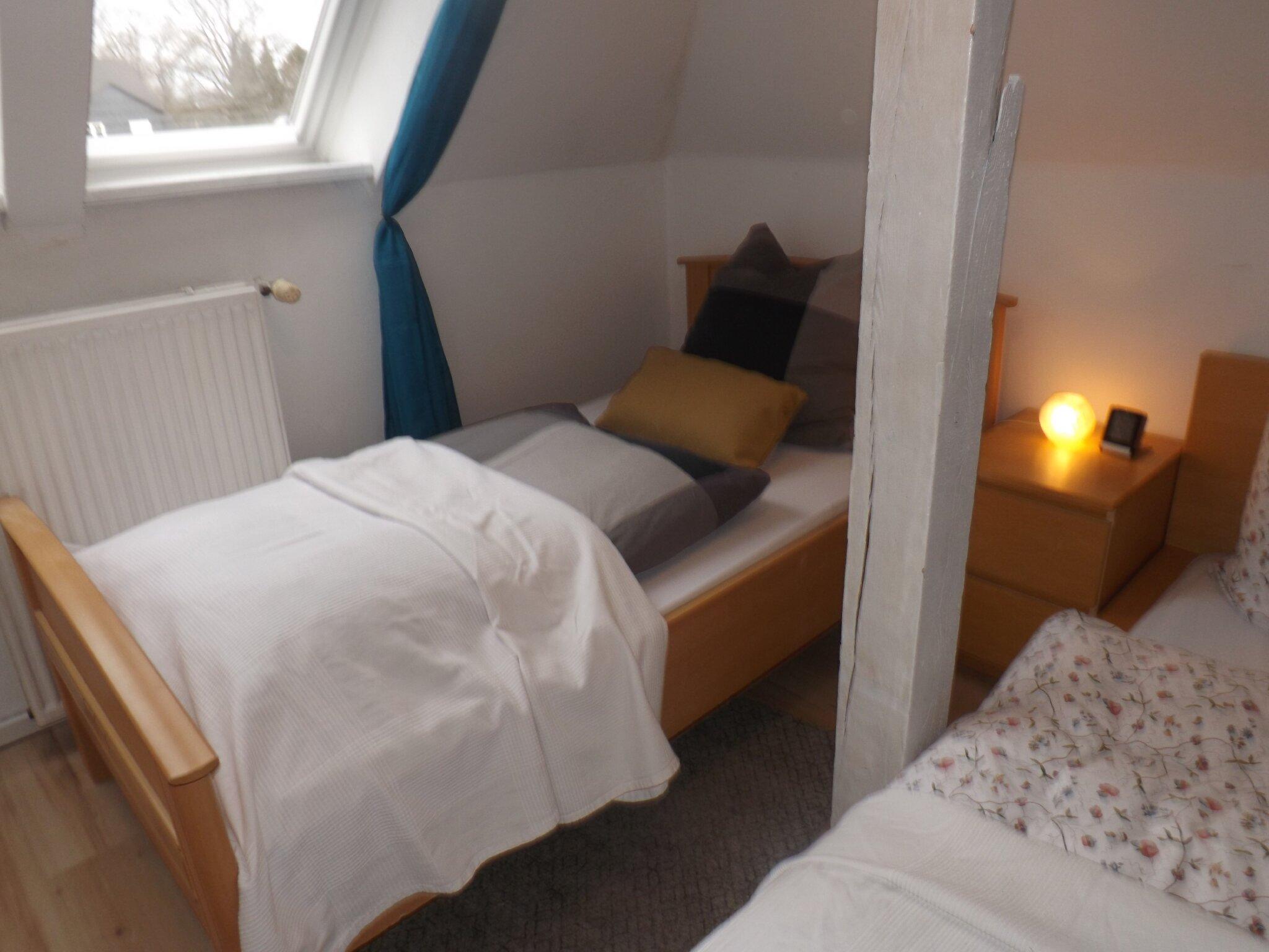 Einzelbett 100 x 200cm im Dreibettzimmer