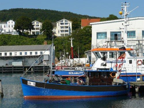 Blick von der Mole: Hafen, Haus + Balkon