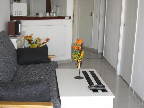 Wohnzimmer mit Schlafcouch und Heizung