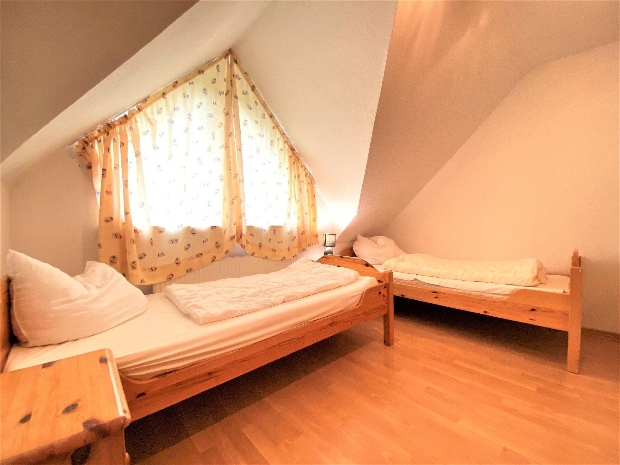 mit zwei Einzelbetten