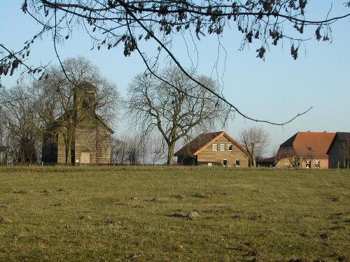 Haus mit Dorfkirche (West-Ansicht)