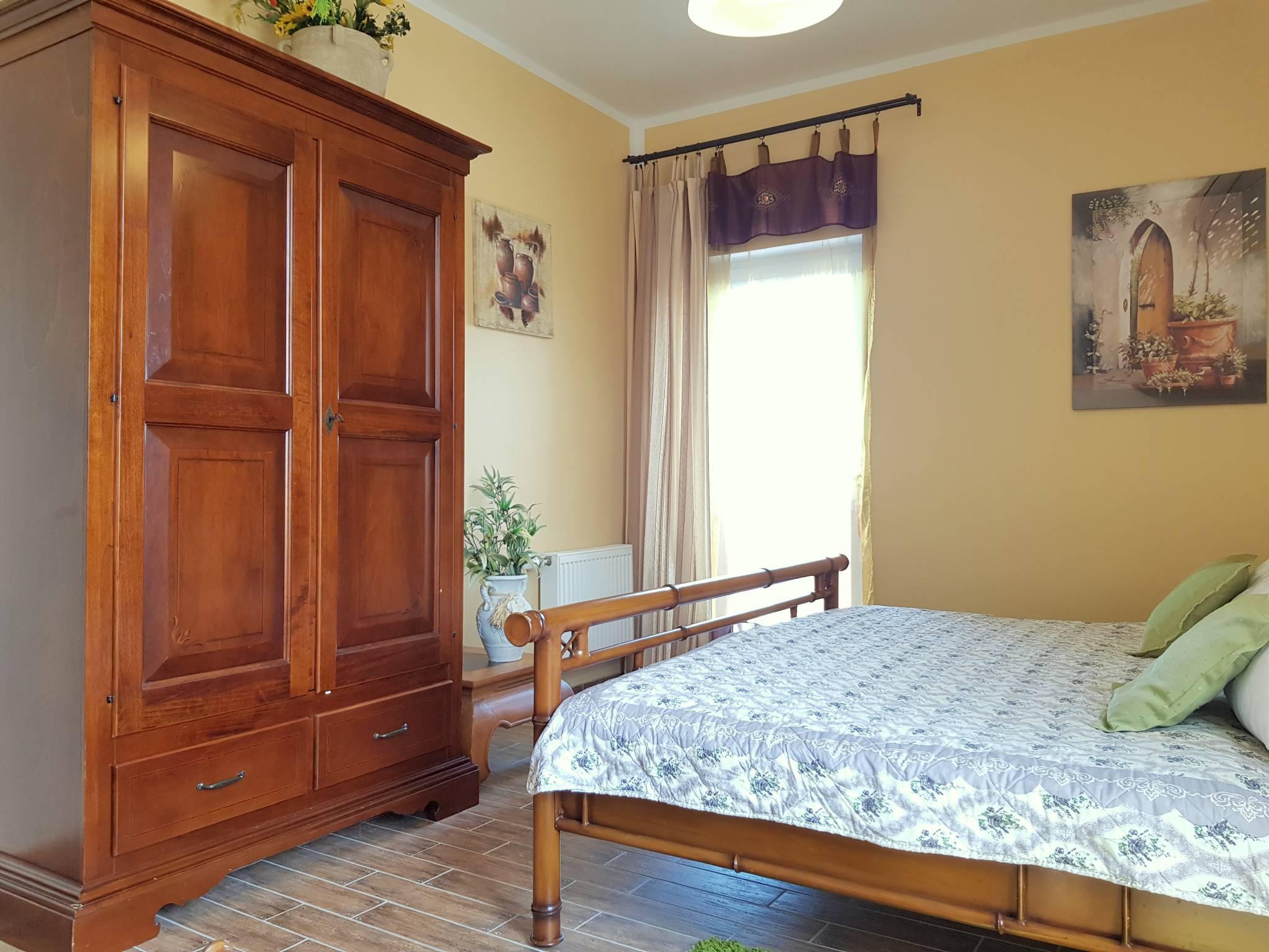 Schlafzimmer mit edlem Kleideschrank